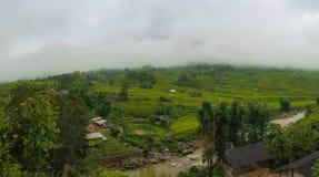Vista di panorama del villaggio di alta montagna, dei terrazzi del riso e del fiume Fotografie Stock Libere da Diritti