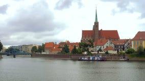 Vista di panorama dell'argine polacco di Wroclaw della città stock footage