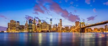 Vista di panorama dell'orizzonte del centro di New York alla notte Fotografia Stock Libera da Diritti