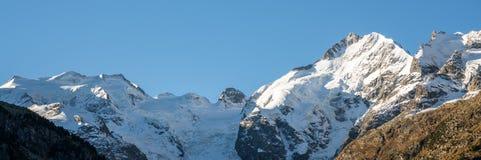 Vista di panorama della catena montuosa di Bernina nelle alpi svizzere Fotografia Stock