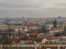 Vista di panorama della città di Praga sulla vecchia città con la torre teenager, charles b Fotografia Stock