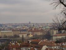 Vista di panorama della città di Praga sulla vecchia città con la torre teenager, charles b Immagine Stock