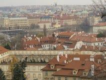Vista di panorama della città di Praga sulla vecchia città con San Nicola teenager c Fotografia Stock Libera da Diritti