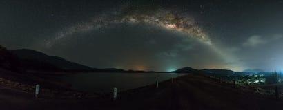 Vista di panorama della galassia della Via Lattea sopra la diga immagini stock libere da diritti