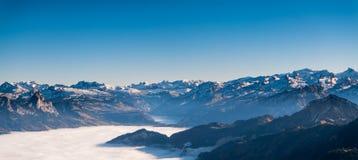 Vista di panorama della montagna svizzera delle alpi con foschia/nebbioso nell'orario invernale Immagine Stock Libera da Diritti