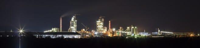 Vista di panorama della pianta del cemento e del sation di potere alla notte in Ivano Immagini Stock Libere da Diritti