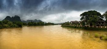 Vista di panorama della riva del fiume nel Laos Fotografie Stock