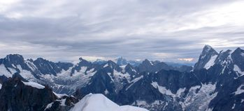 Vista di panorama delle alpi francesi vicino a Chamonix-Mont-Blanc con il piano Ridge del Midi nella priorità alta Fotografia Stock