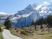 Vista di panorama delle alpi su un percorso d'escursione vicino a Kandersteg Fotografia Stock Libera da Diritti