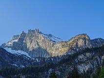 Vista di panorama delle alpi su un percorso d'escursione vicino a Kandersteg Immagini Stock