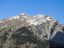 Vista di panorama delle alpi su un percorso d'escursione vicino a Kandersteg Immagine Stock