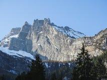 Vista di panorama delle alpi su un percorso d'escursione vicino a Kandersteg Fotografie Stock