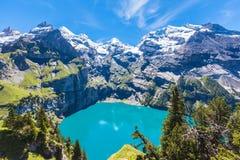 Vista di panorama di Oeschinensee (lago Oeschinen) sul oberla bernese Fotografie Stock Libere da Diritti