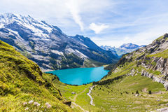 Vista di panorama di Oeschinensee (lago Oeschinen) sul oberla bernese Fotografia Stock Libera da Diritti