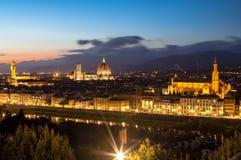 Vista di panorama di Firenze dopo il tramonto da Piazzale Michelangel fotografie stock libere da diritti