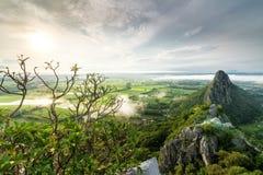 Vista di panorama di mattina di Khao né a Nakhon Sawan, Tailandia immagine stock