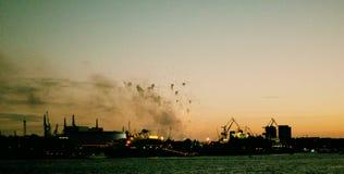 Vista di panorama a partire dalla notte del porto del fuoco d'artificio di Amburgo Germania fotografie stock