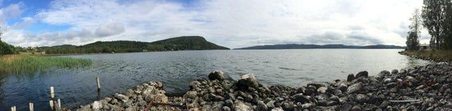 Vista di panorama su un lago in Svezia fotografia stock libera da diritti