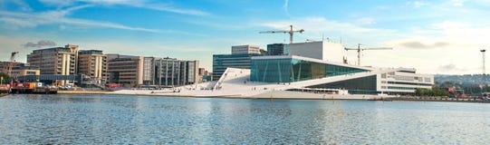 Vista di panorama sul teatro dell'opera Norvegia di Oslo fotografia stock libera da diritti