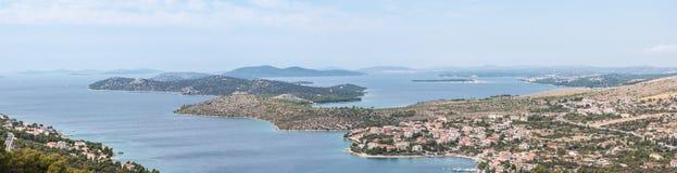 Vista di panorama sulla linea costiera di zona di Sibenik - della Dalmazia Fotografia Stock Libera da Diritti