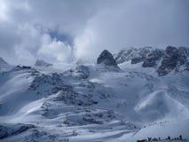 Vista di Panoramatic delle alte montagne innevate Immagine Stock