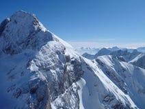 Vista di Panoramatic delle alte montagne innevate Fotografie Stock