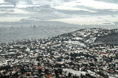 Vista di Panoramicl di una città nell'inverno con smog Immagini Stock Libere da Diritti