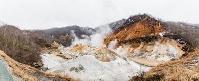 Vista di Paranomic della valle dell'inferno di Noboribetsu Jigokudani: La valle del vulcano ha ottenuto il suo nome dall'odore so immagine stock libera da diritti