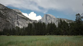 Vista di parco nazionale di Yosemite di mezza cupola video d archivio