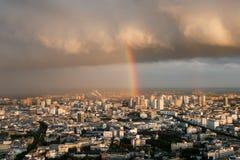 Vista di Parigi da sopra Pioggia, nuvole, arcobaleno immagini stock