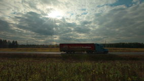 Vista di passare le automobili sulla strada rurale archivi video