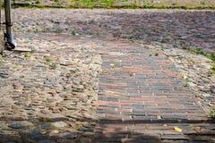 Vista di più vecchia via pavimentata con i blocchi di pietra immagini stock