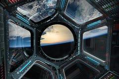 Vista di pianeta Terra da una finestra 3D della stazione spaziale che rende EL Fotografia Stock