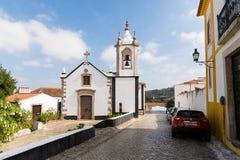 Vista di piccola chiesa bianca tipica nel vecchio centro urbano Obidos, Portogallo Fotografia Stock Libera da Diritti