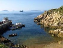 Vista di piccolo pilastro con le barche e le isole in mare immagine stock