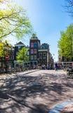 Vista di piccolo quadrato di città e di un ponte sopra il canale di Amstel a Amsterdam, Paesi Bassi immagine stock libera da diritti