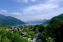 Vista di piccolo villaggio alpino immagini stock