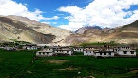 Vista di piccolo villaggio nella montagna asciutta con la bella vista della terra fotografie stock libere da diritti