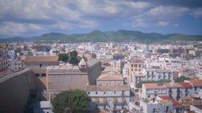 Vista di Pictoric alla fortezza, alle case ed alle montagne da Dalt Vila in Ibiza Città Vecchia Eivissa stock footage