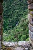 Vista di pietra antica della finestra delle montagne con una cascata Immagine Stock Libera da Diritti