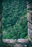 Vista di pietra antica della finestra delle montagne con una cascata Fotografia Stock