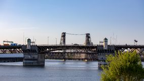 Vista di Portland, Oregon del ponte d'acciaio sul fiume di Willamette fotografia stock