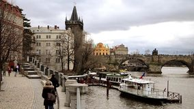 Vista di Praga e ponte di Charles archivi video