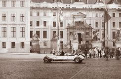 Vista di Praga nello stile d'annata Retro automobile di Beautyful sul quadrato di città fotografia stock libera da diritti