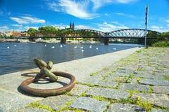 Vista di Praga sul fiume della Moldava e sul vecchio ponte ferroviario Immagine Stock Libera da Diritti
