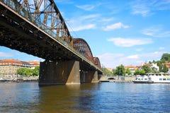 Vista di Praga sul fiume della Moldava e sul vecchio ponte ferroviario fotografie stock