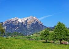 Vista di primavera nel cantone svizzero del Canton Nidvaldo Immagini Stock Libere da Diritti