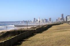 Vista di primo mattino dell'oceano e degli hotel sulla passeggiata di Durban Immagine Stock