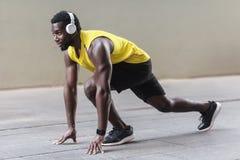 Vista di profilo Uomo africano dell'atleta nella posa di inizio corrente Fotografia Stock Libera da Diritti
