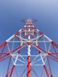 Vista di prospettiva ad alta tensione del pilone di elettricità Immagini Stock